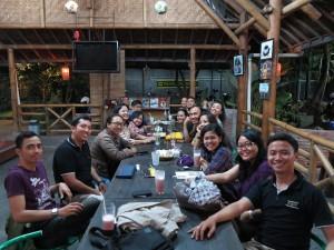 Makan-makan dan ngobrol santai bersama dosen dan alumni.
